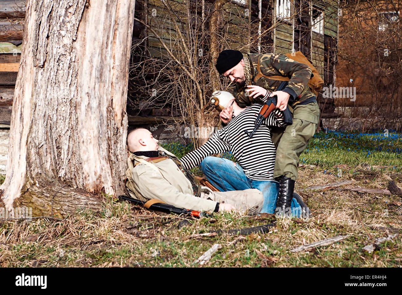 Wahnsinnige Zombie Tötung die der Soldat verwundet Stockbild