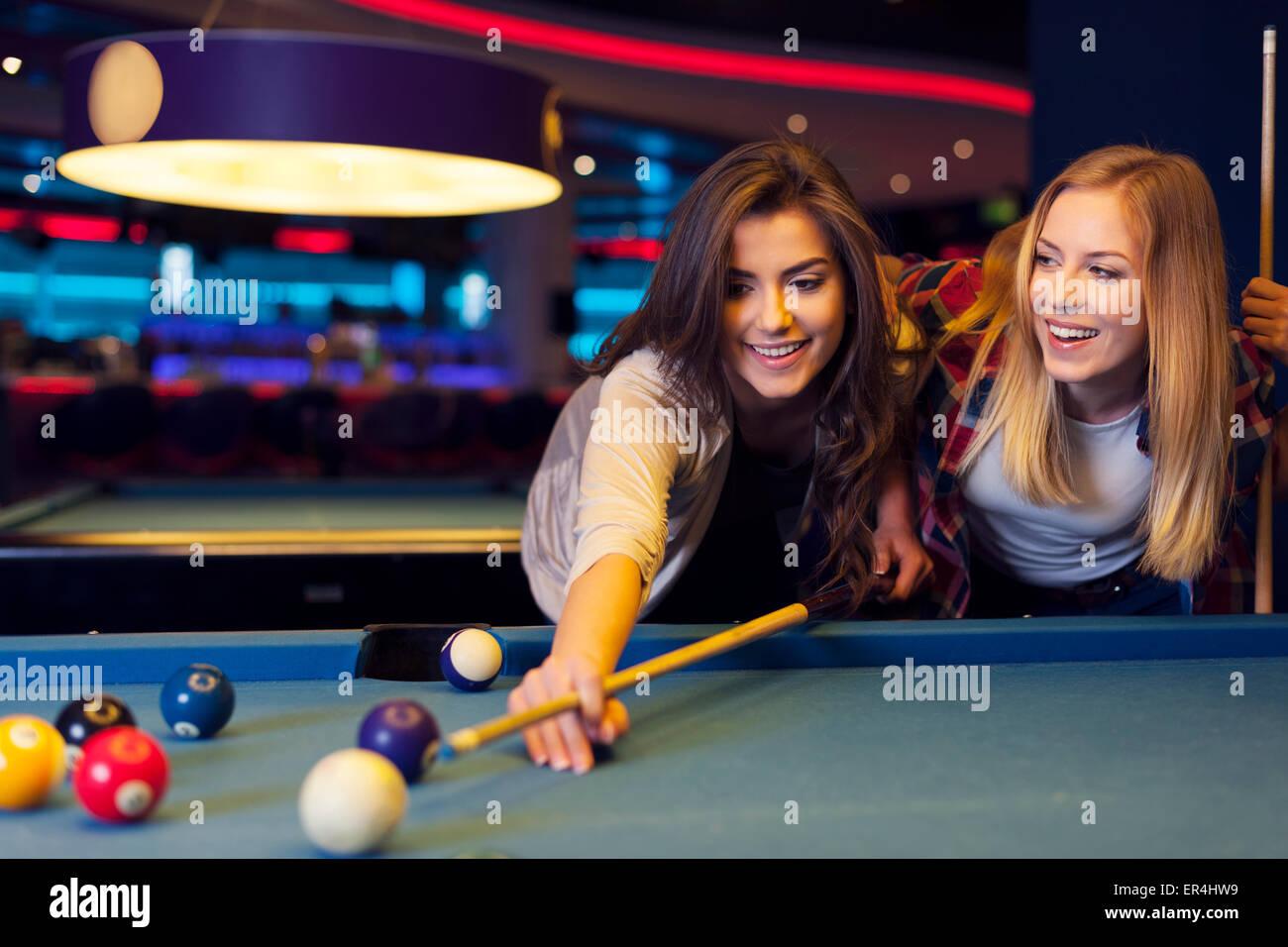 Freunden abhängen am Pool-Tisch Stockbild
