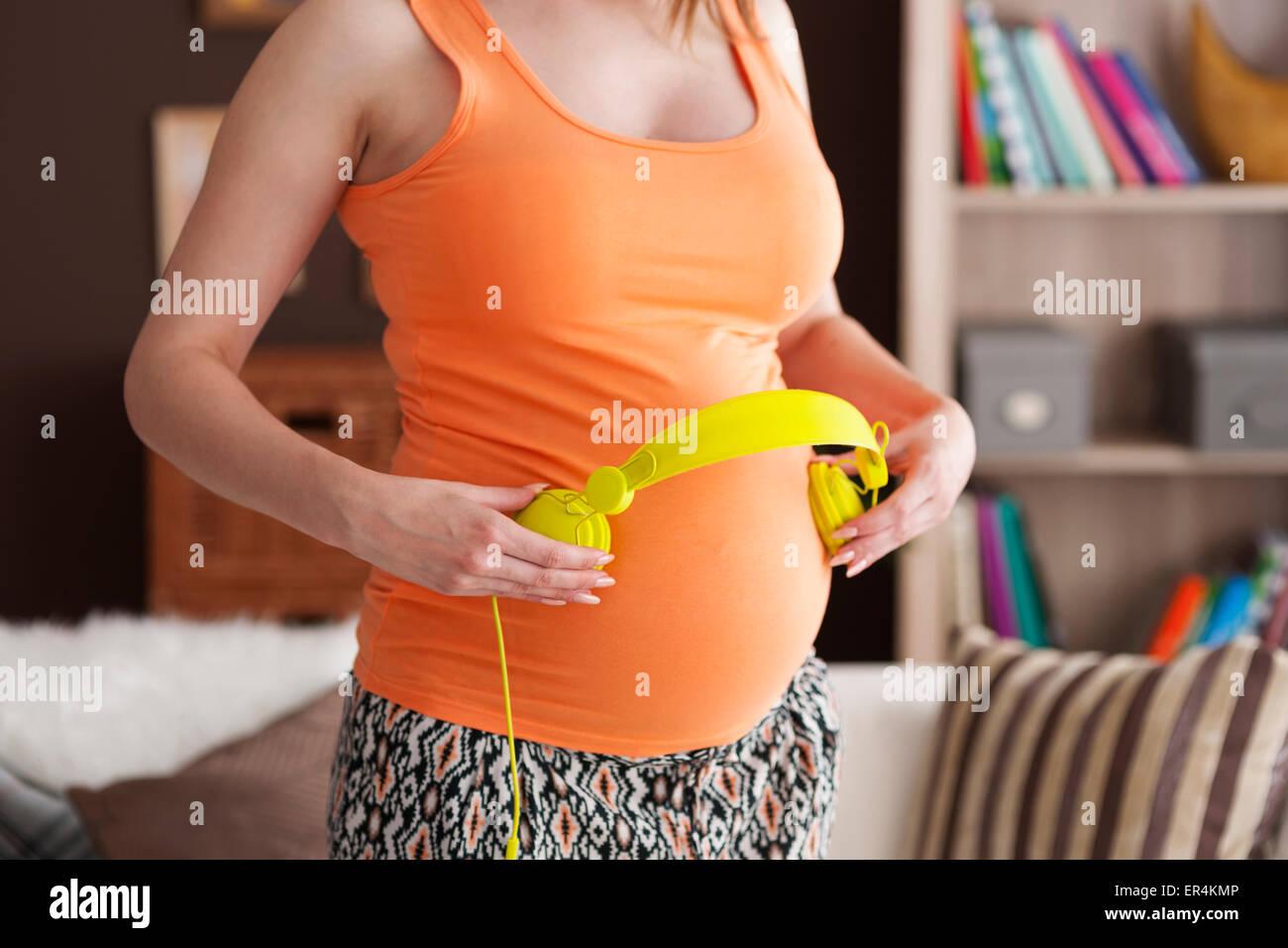 Nahaufnahme der Musiktherapie für Baby im Bauch. Debica, Polen Stockbild