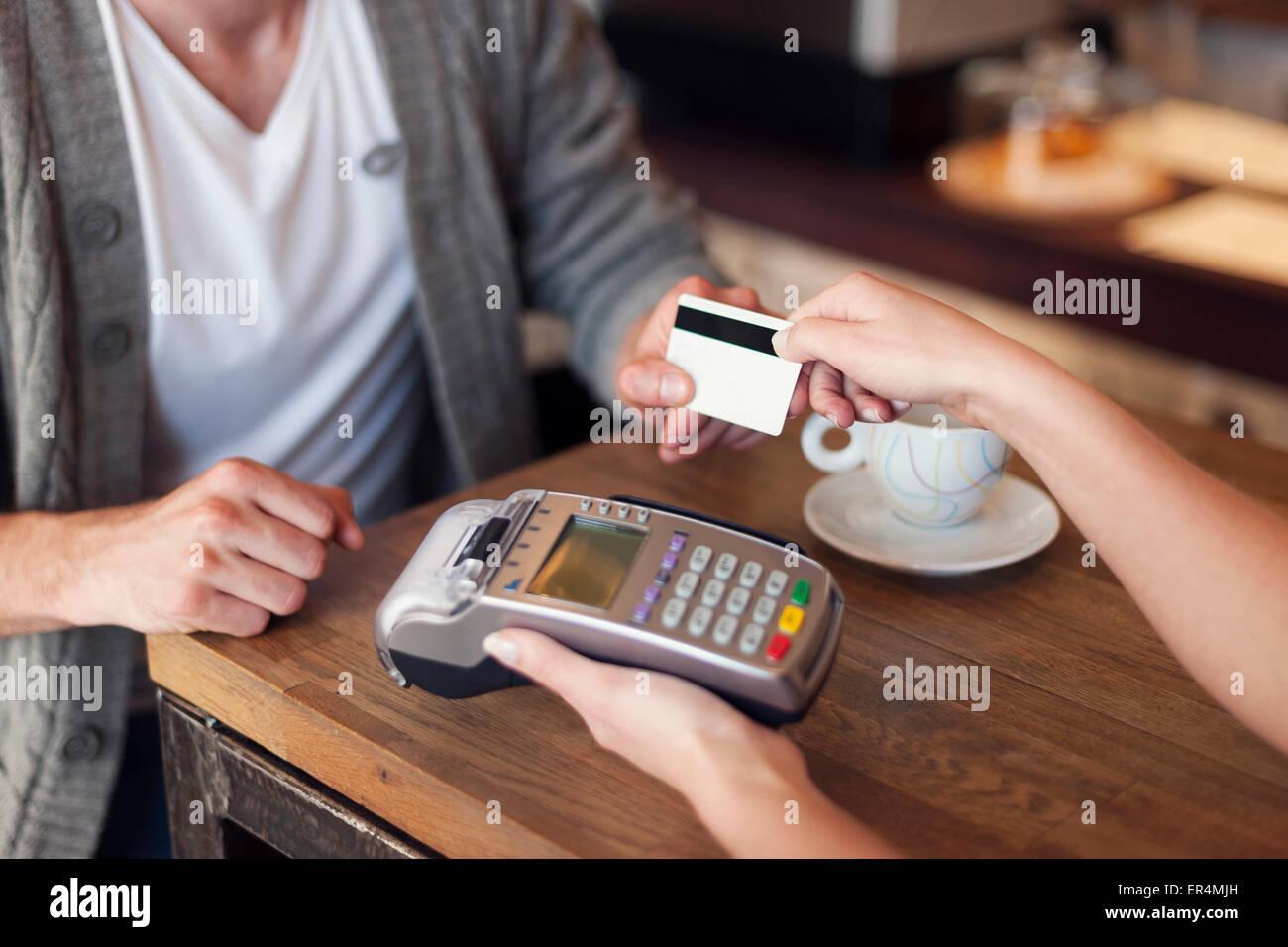 Nahaufnahme des Kunden per Kreditkarte zahlen. Krakau, Polen Stockbild