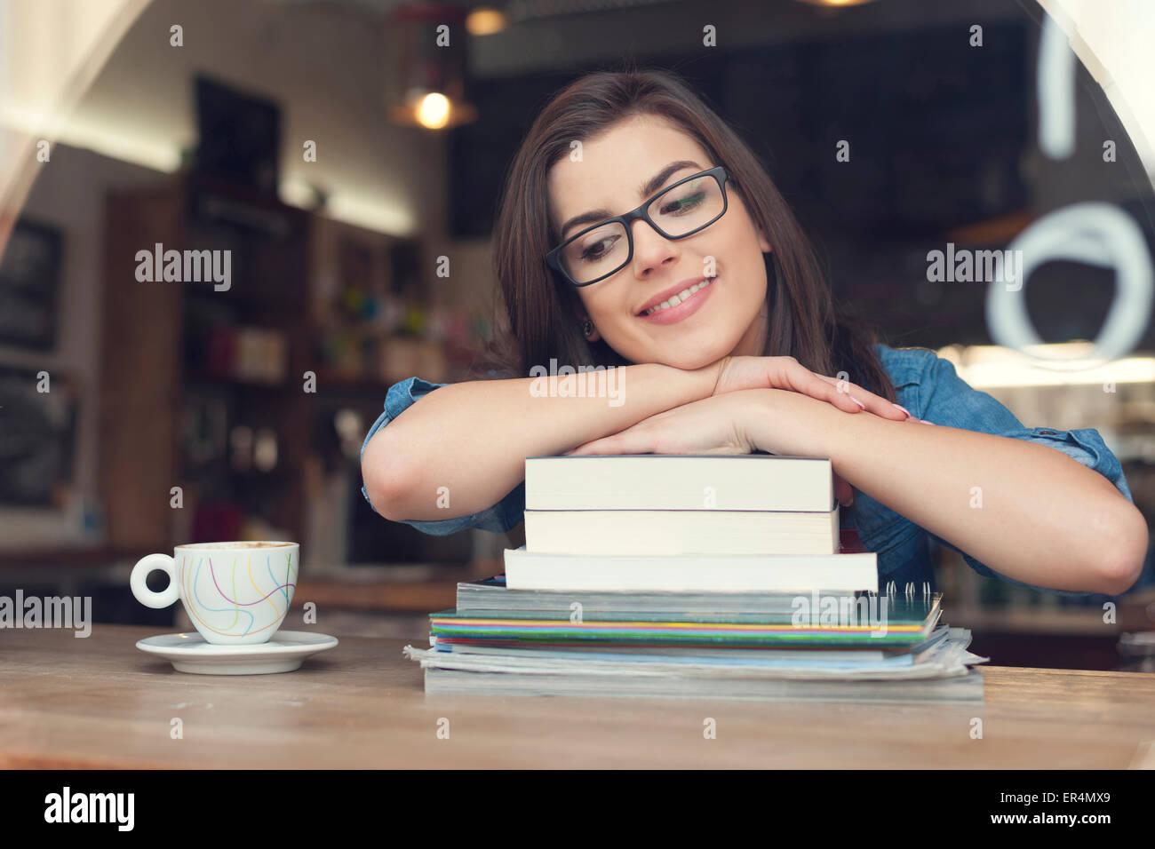 Träumen und lächelnd Studentin im Café. Krakau, Polen Stockbild