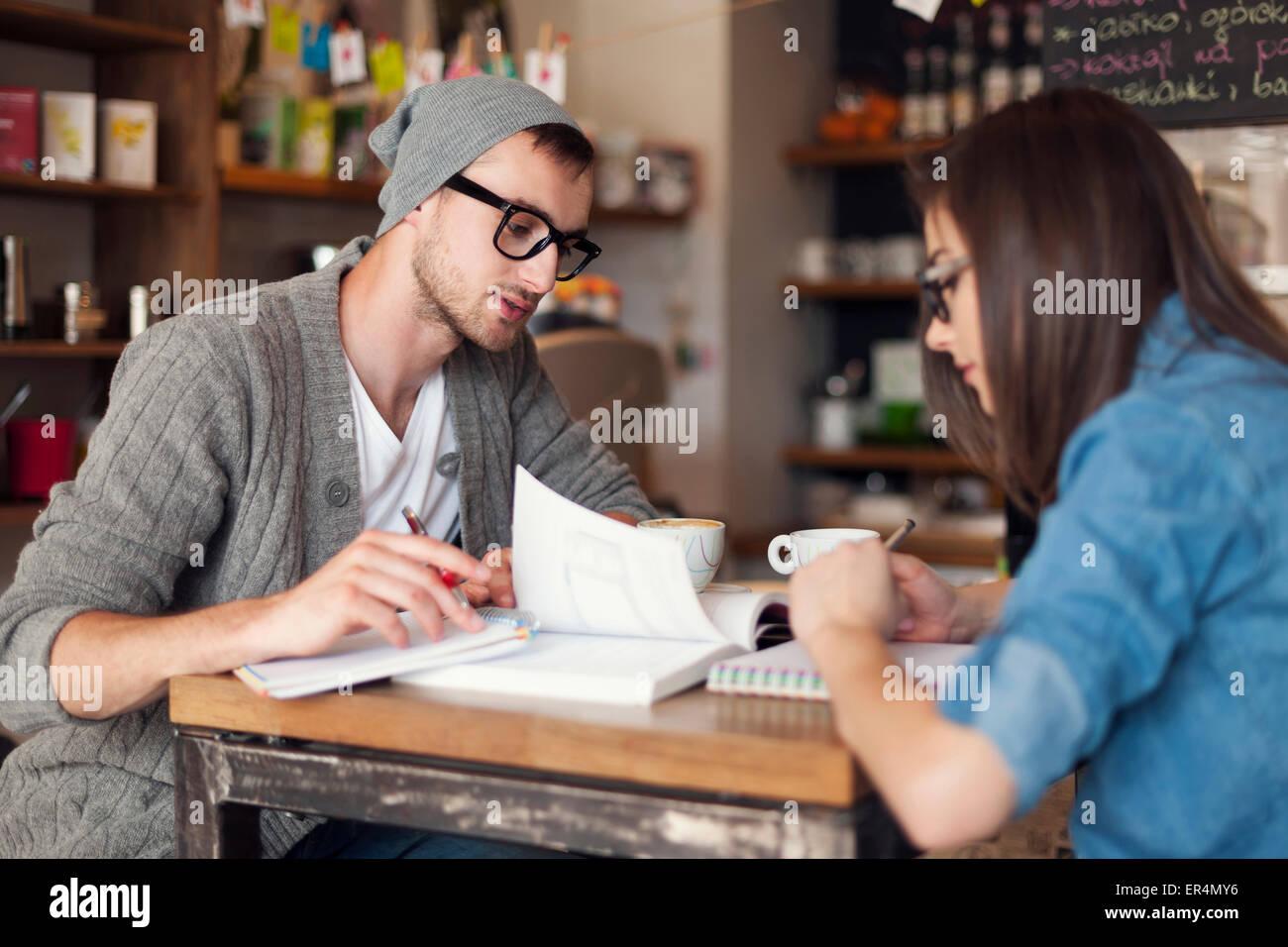 Konzentrieren Sie College-Studenten im Café Prüfungsvorbereitung. Krakau, Polen Stockbild