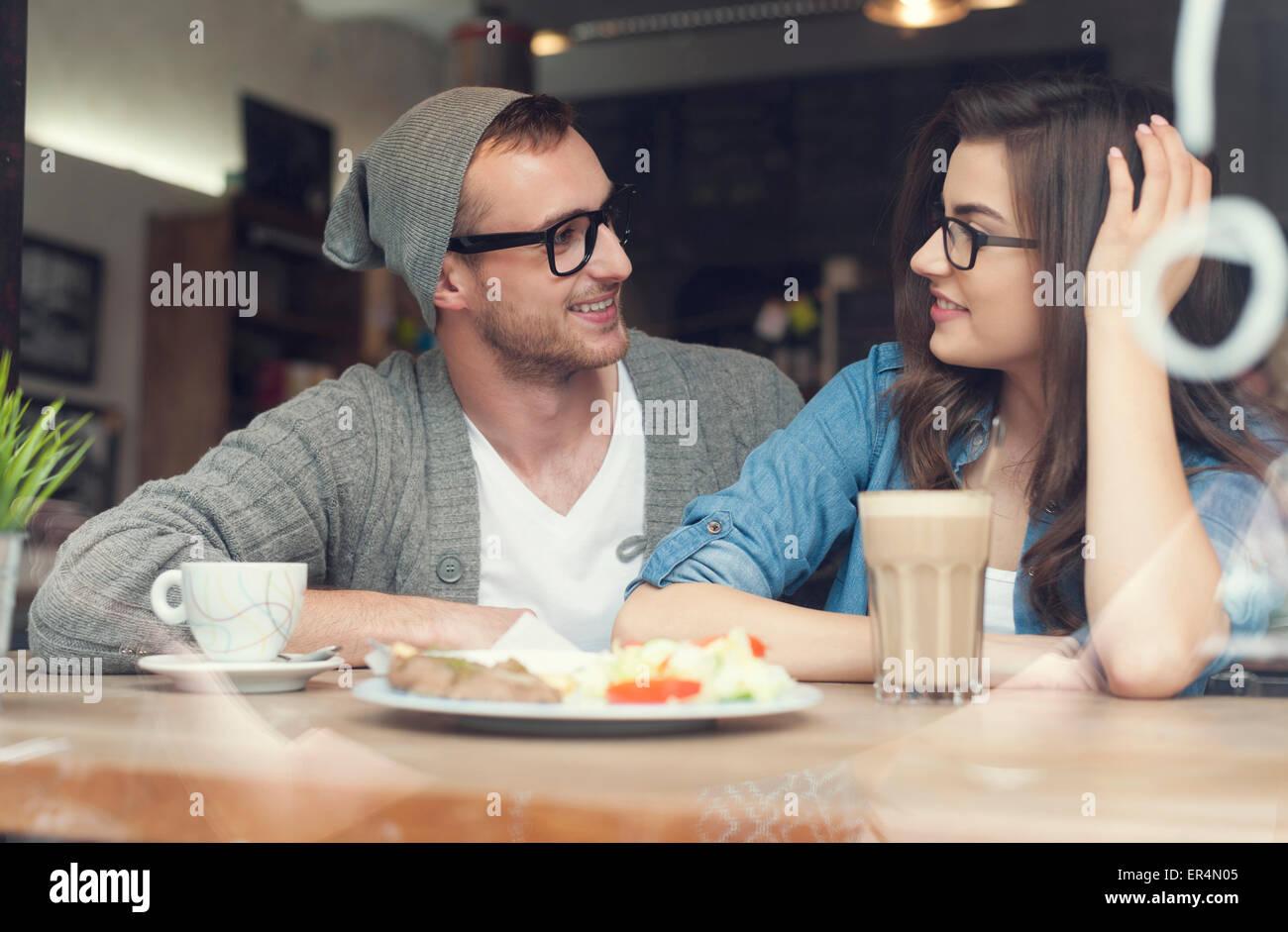 Junges Paar verbringt viel Zeit zusammen im Restaurant. Krakau, Polen Stockbild