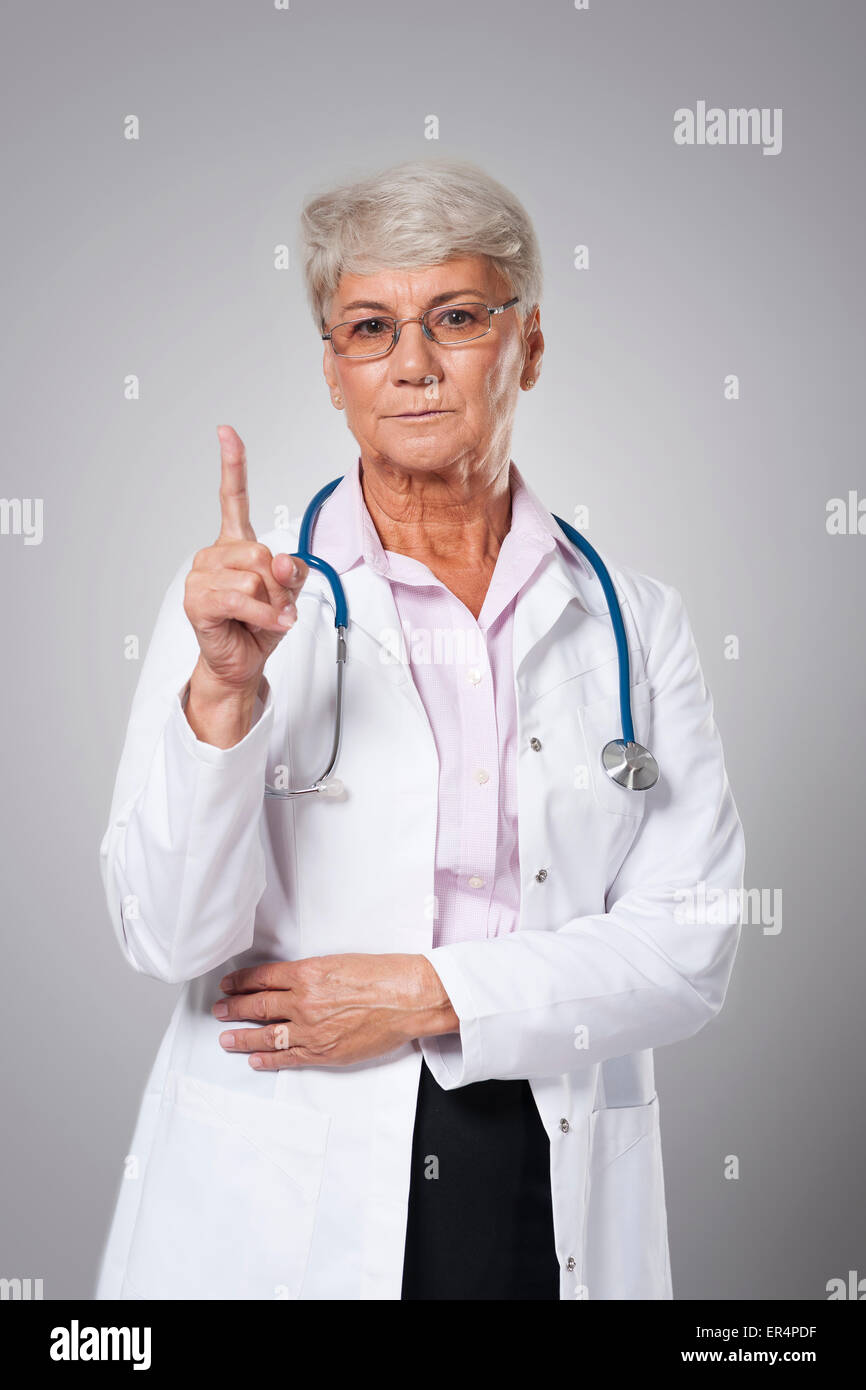 Ernsthafte Ärztin mit einer guten Beratung. Debica, Polen Stockbild