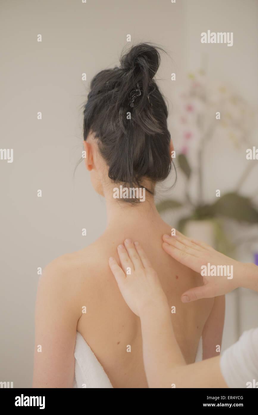 Massage von Rücken, Kroatien, Istrien Stockbild
