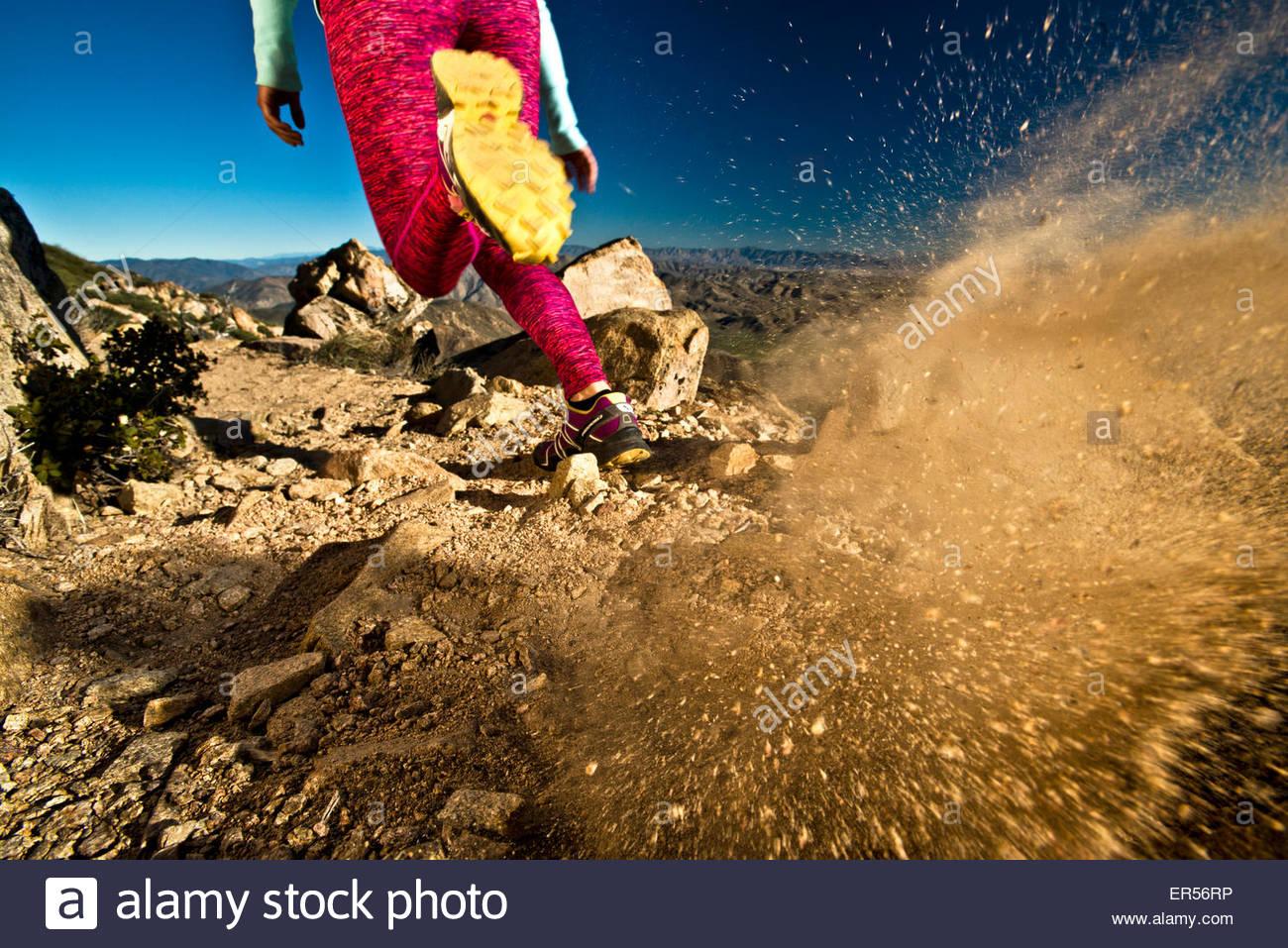 Eine Mädchen läuft auf dem Pacific Crest Trail in Kalifornien. Stockbild