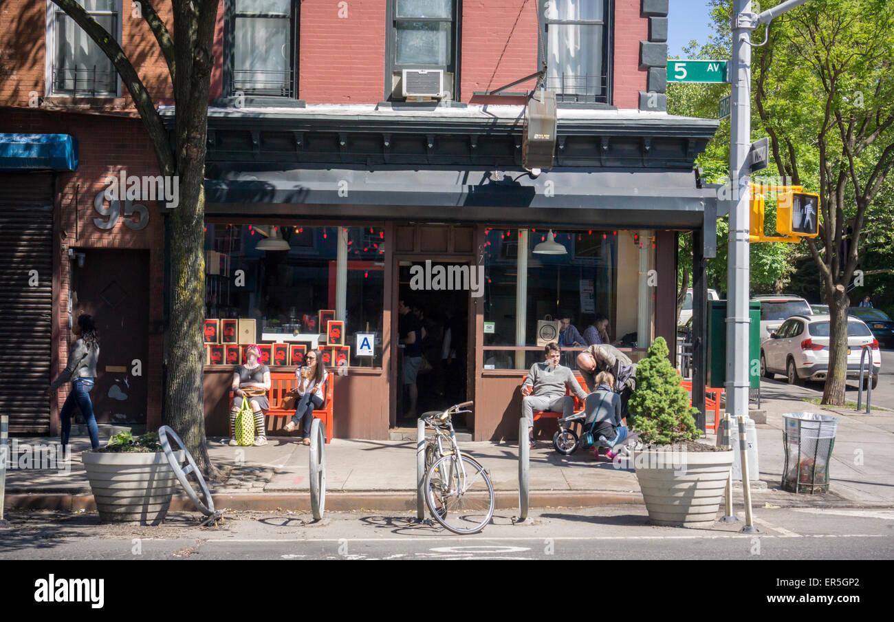 Vor einem Café in der familienfreundlichen, trendige Park Slope Nachbarschaft in Brooklyn in New York am Samstag, Stockbild
