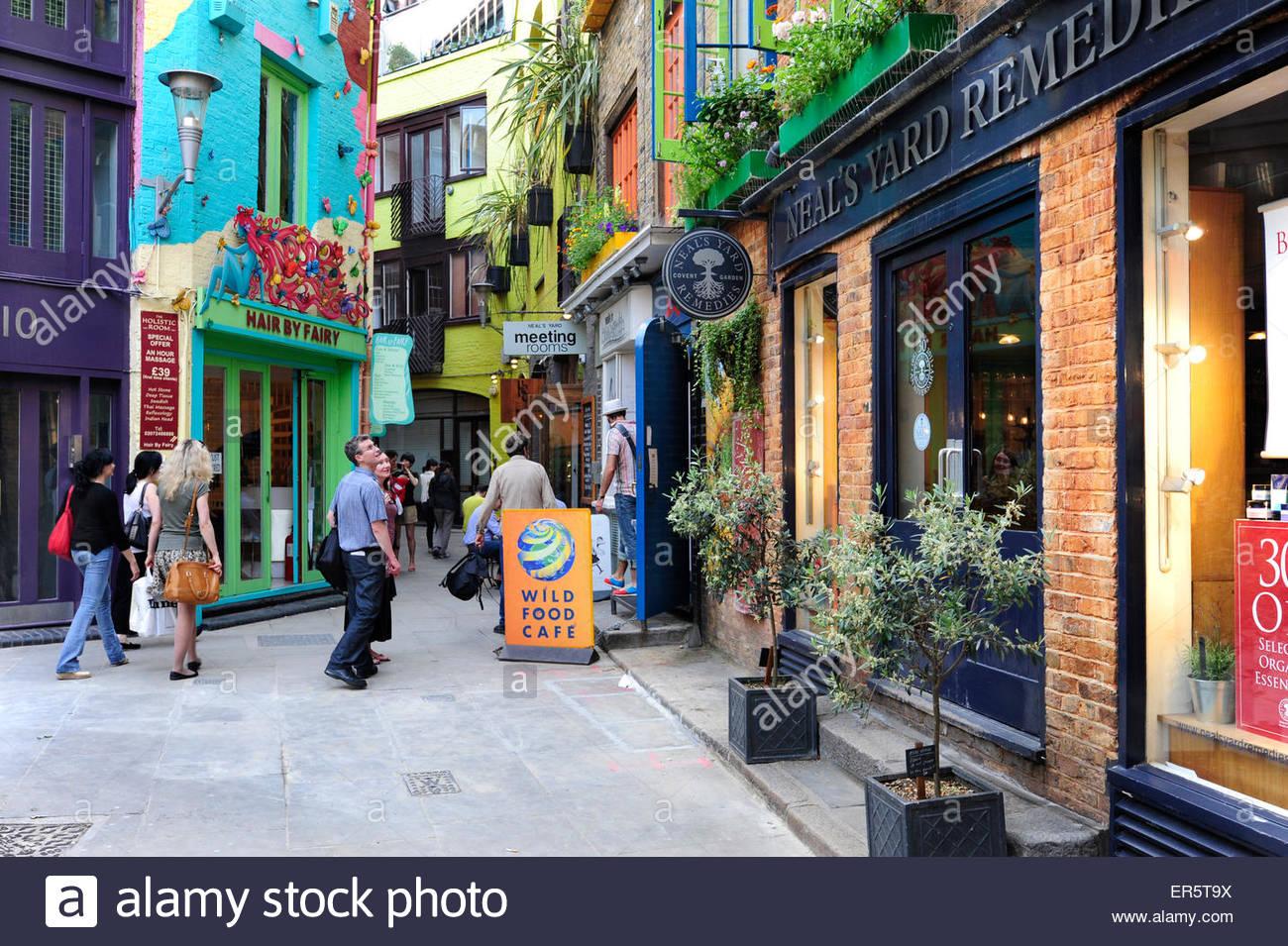 Neils Hof, einen Innenhof mit alternativen Geschäften und Cafés, Covent Garden, West End, London, England, Stockbild