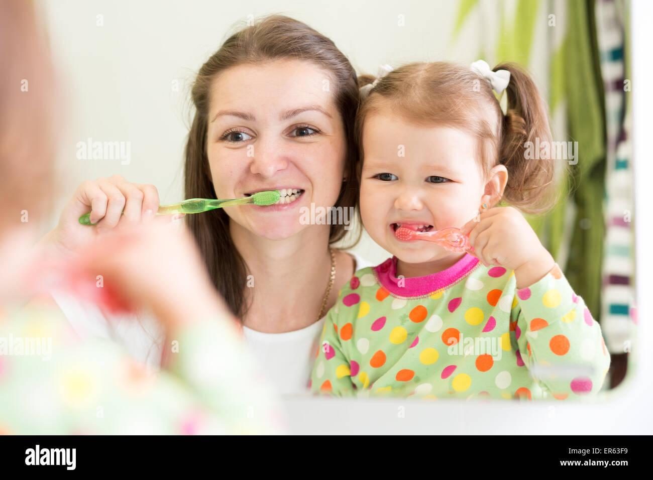 Mutter lehrt Kinder Zähne putzen im Badezimmer Stockfoto, Bild ...