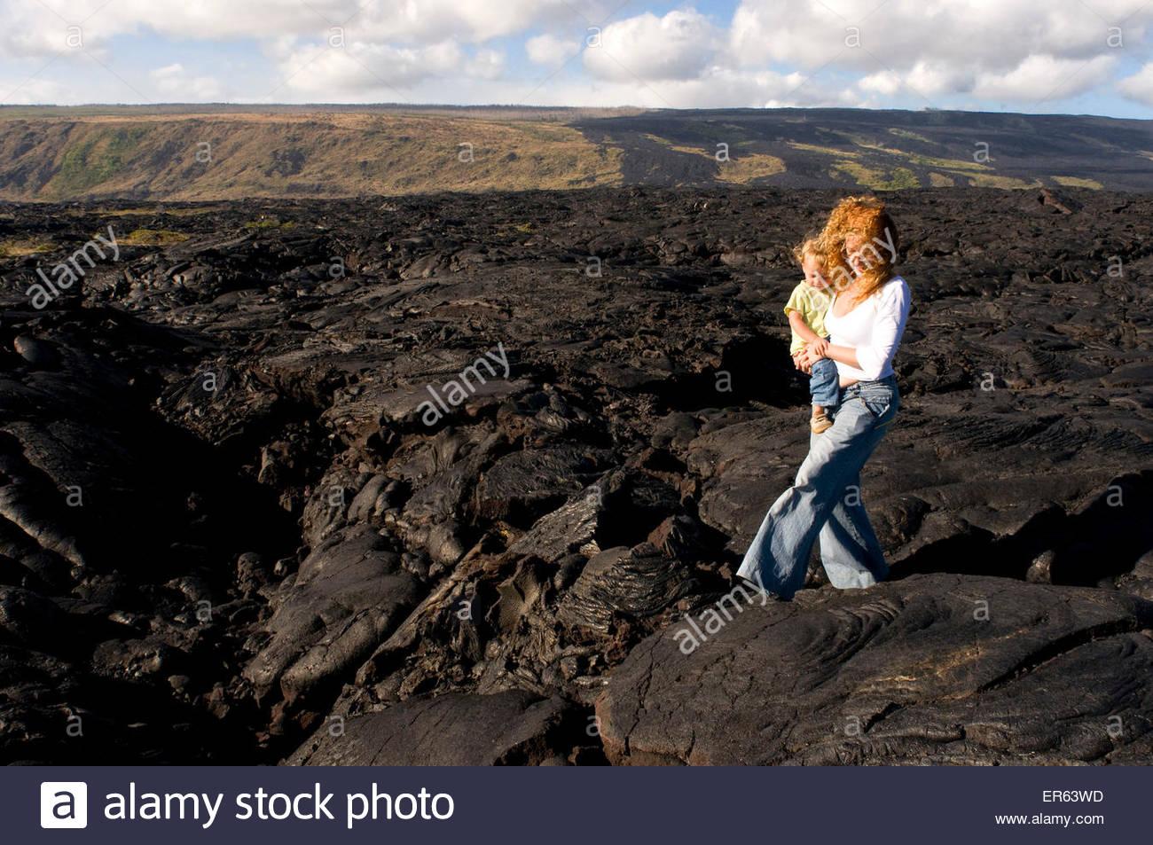 Schwarze Lava-Gebirge in der Nähe der Küste und der Autobahn Chain of Crater Road. Hawaii Volcanoes National Stockbild