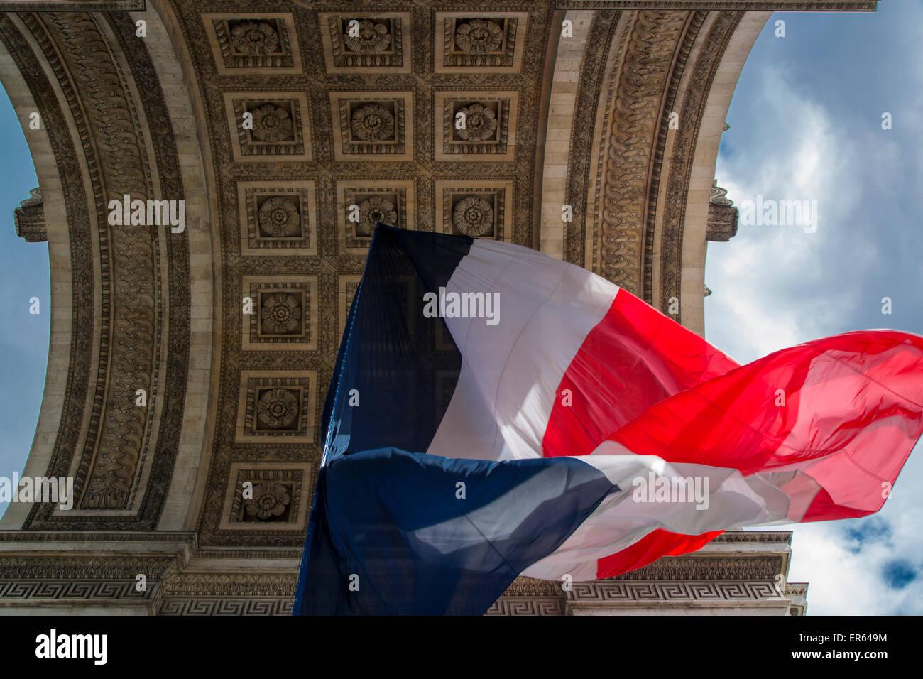 Dreifarbige französische Flagge unter dem Arc de Triomphe, Paris, Frankreich Stockbild
