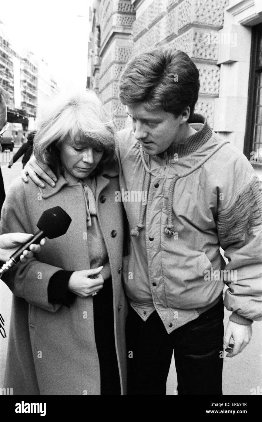 Angeklagten Frauen, Lynne Reader und Sohn Paul Reader hinterlassen Old Bailey, London, nachdem ihr Ehemann nicht Stockbild