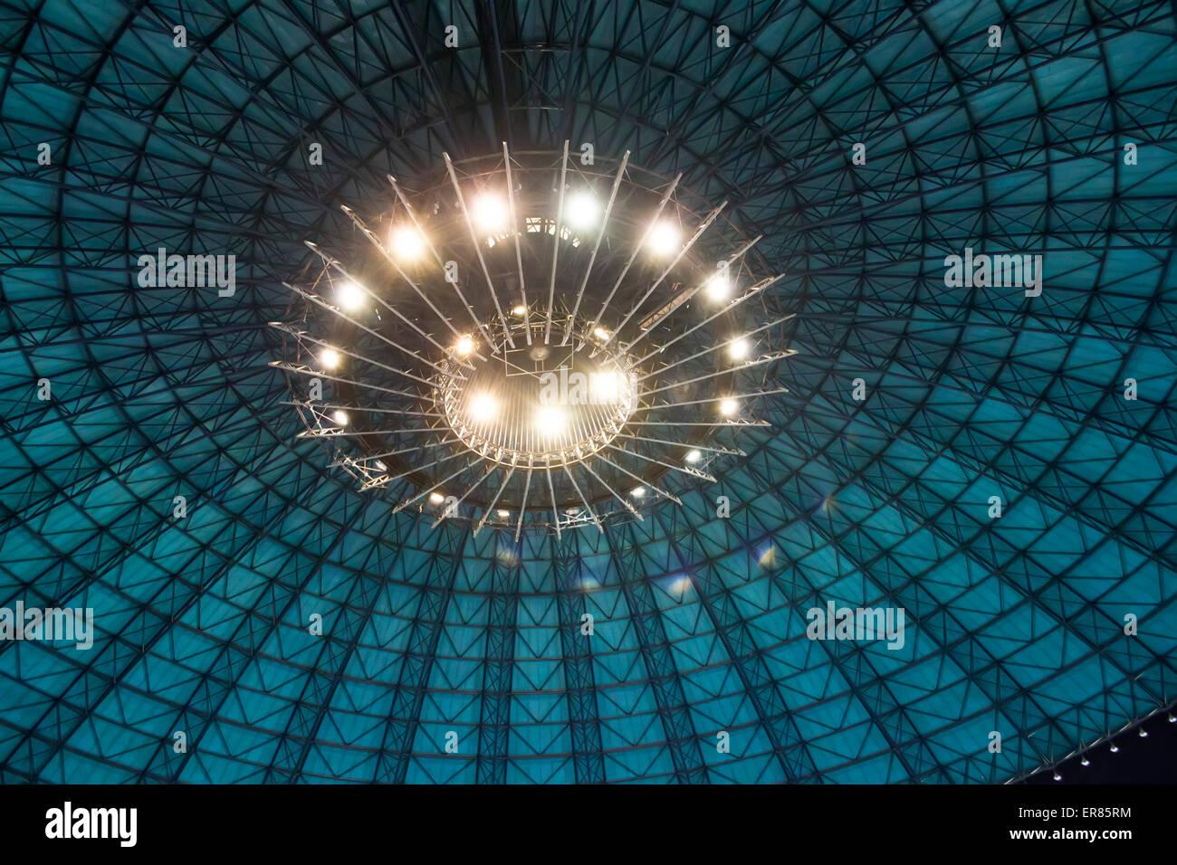 Großes indoor Gebäude Dachkonstruktion in Form einer Kuppel mit künstlicher Beleuchtung Stockbild