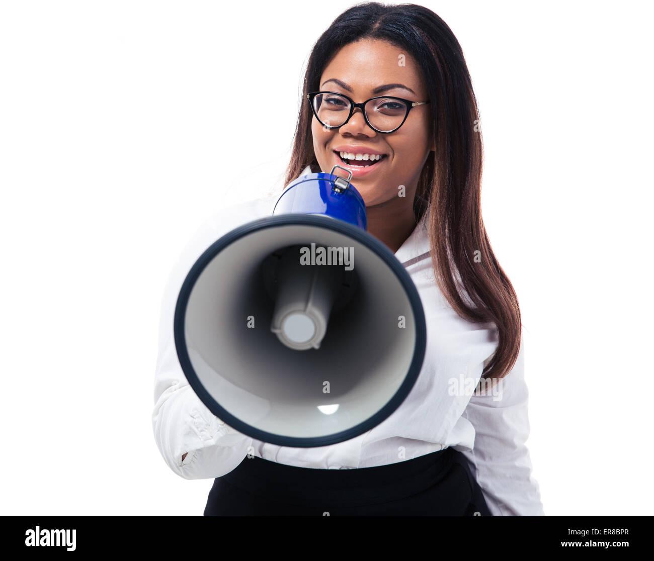 Afro amerikanische Geschäftsfrau schreien in Megaphon isoliert auf einem weißen Hintergrund. Blick in Stockbild