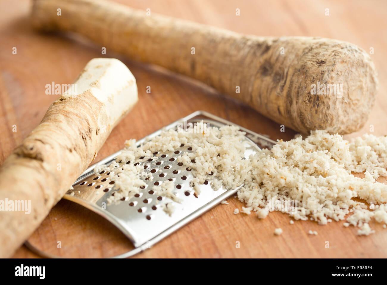 geriebenem Meerrettich-Wurzel auf Küchentisch Stockfoto
