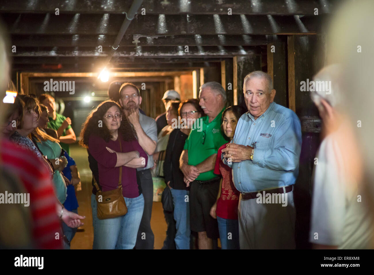 Frankfort, Kentucky - Reiseleiter (blaues Hemd) führt Touristen durch eine alternde Lager auf die Buffalo Trace Stockbild