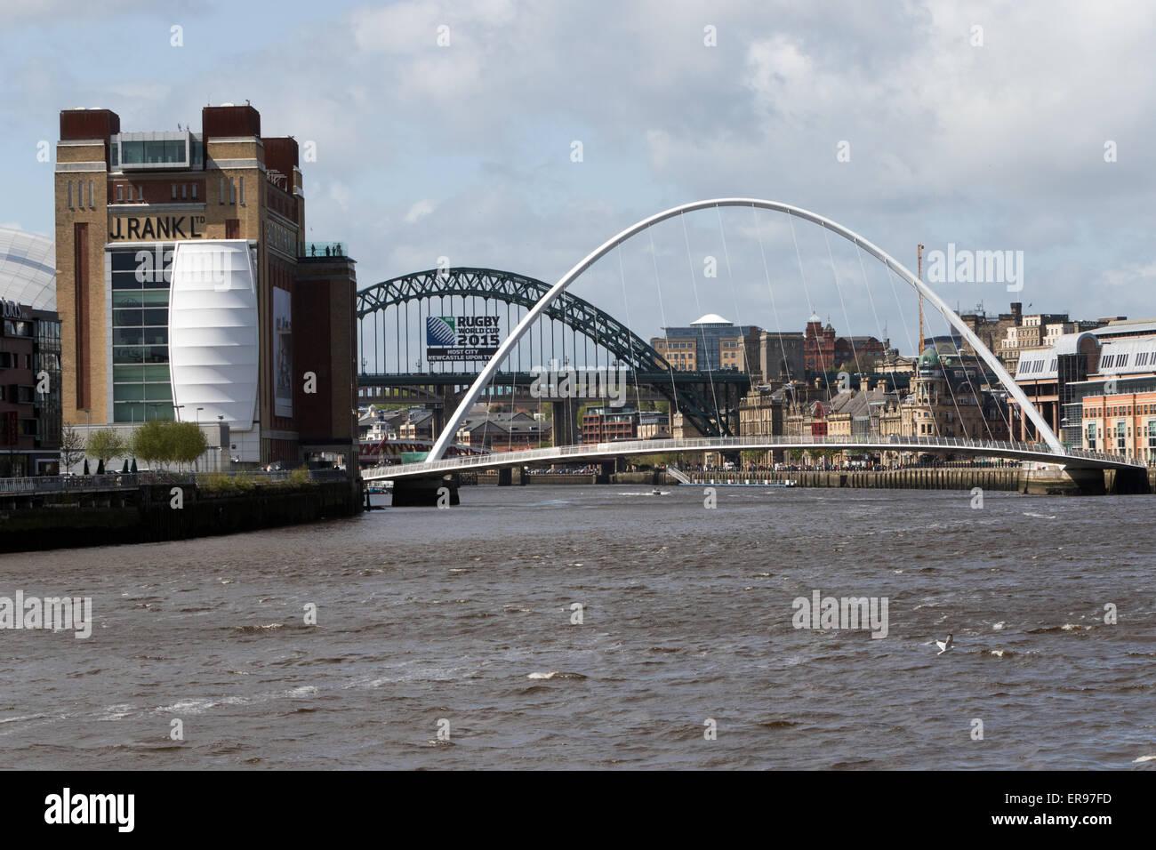 Den Fluss Tyne in Newcastle mit der Millennium Bridge, die Tyne Bridge und die High Level Bridge, mit dem baltischen Stockfoto