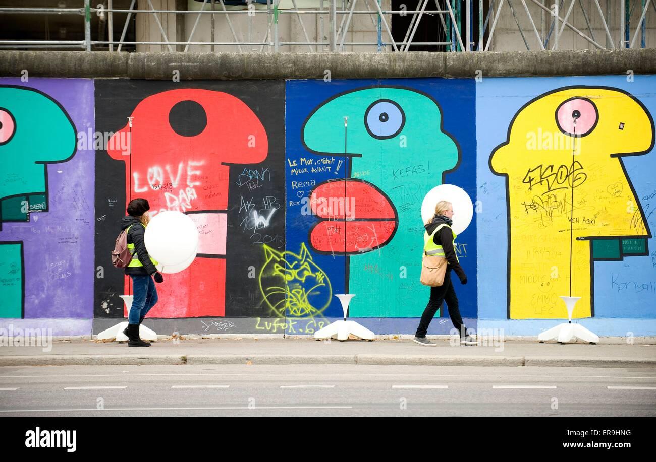 Zwei junge Berliner Einrichtung beleuchtete Ballons entlang der East Side Gallery anlässlich der 25. Jahrestag Stockbild