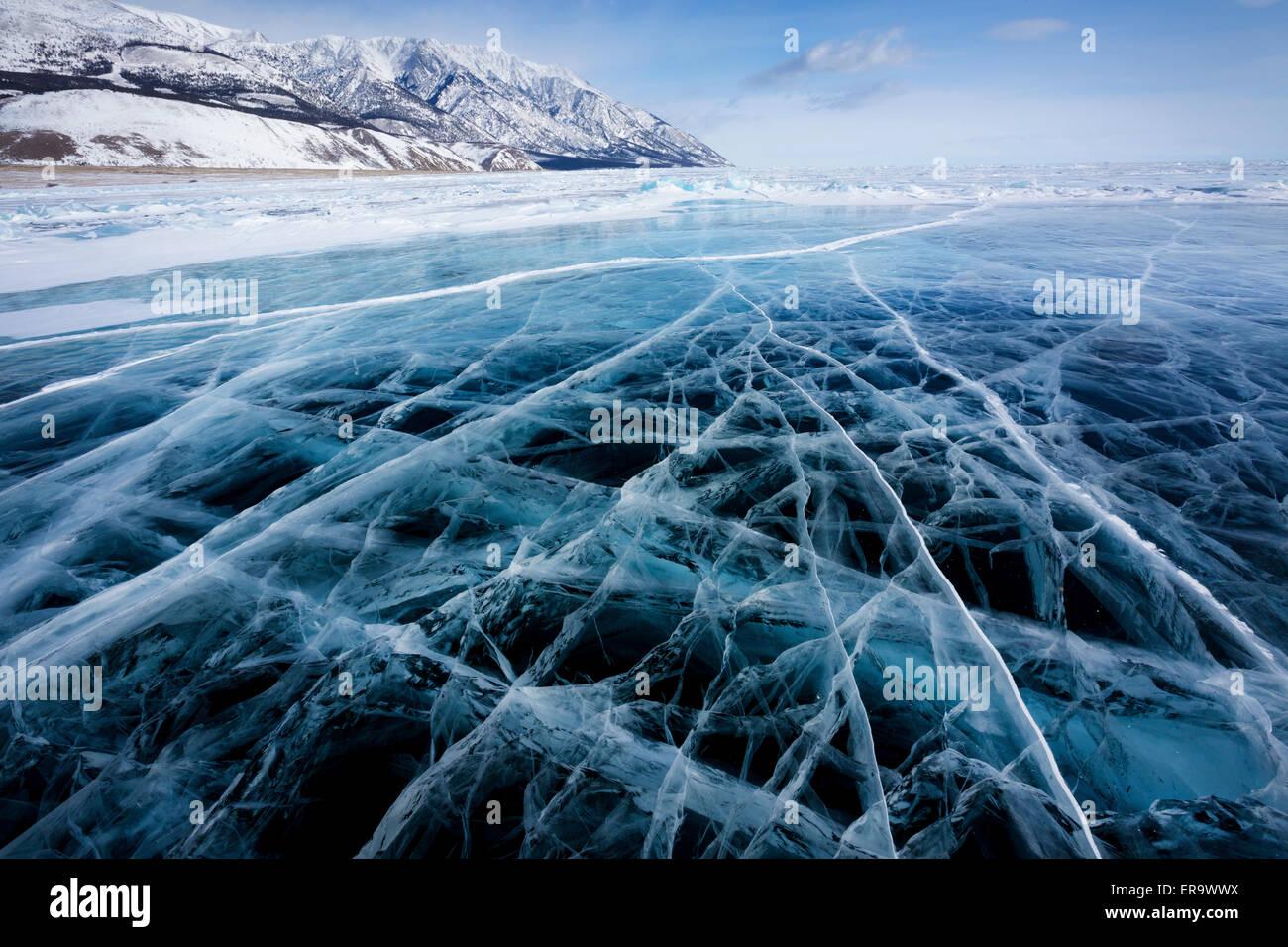 Blick auf schöne Zeichnungen auf dem Eis von Rissen und tiefen Gasblasen auf Oberfläche des Baikal-Sees im Winter, Stockfoto