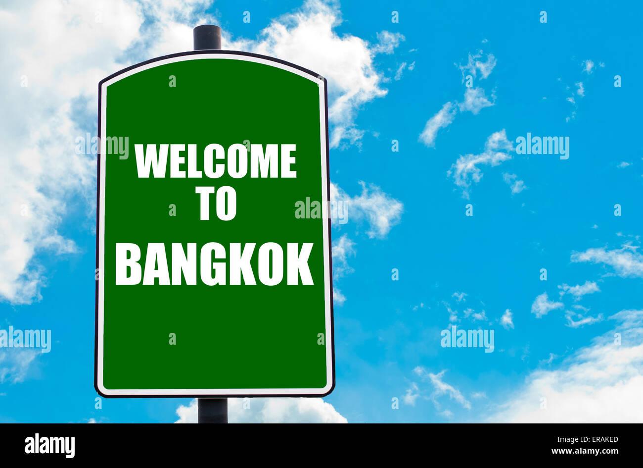 Grüne Verkehrszeichen mit Gruß-Botschaft, die Willkommen in BANGKOK ...
