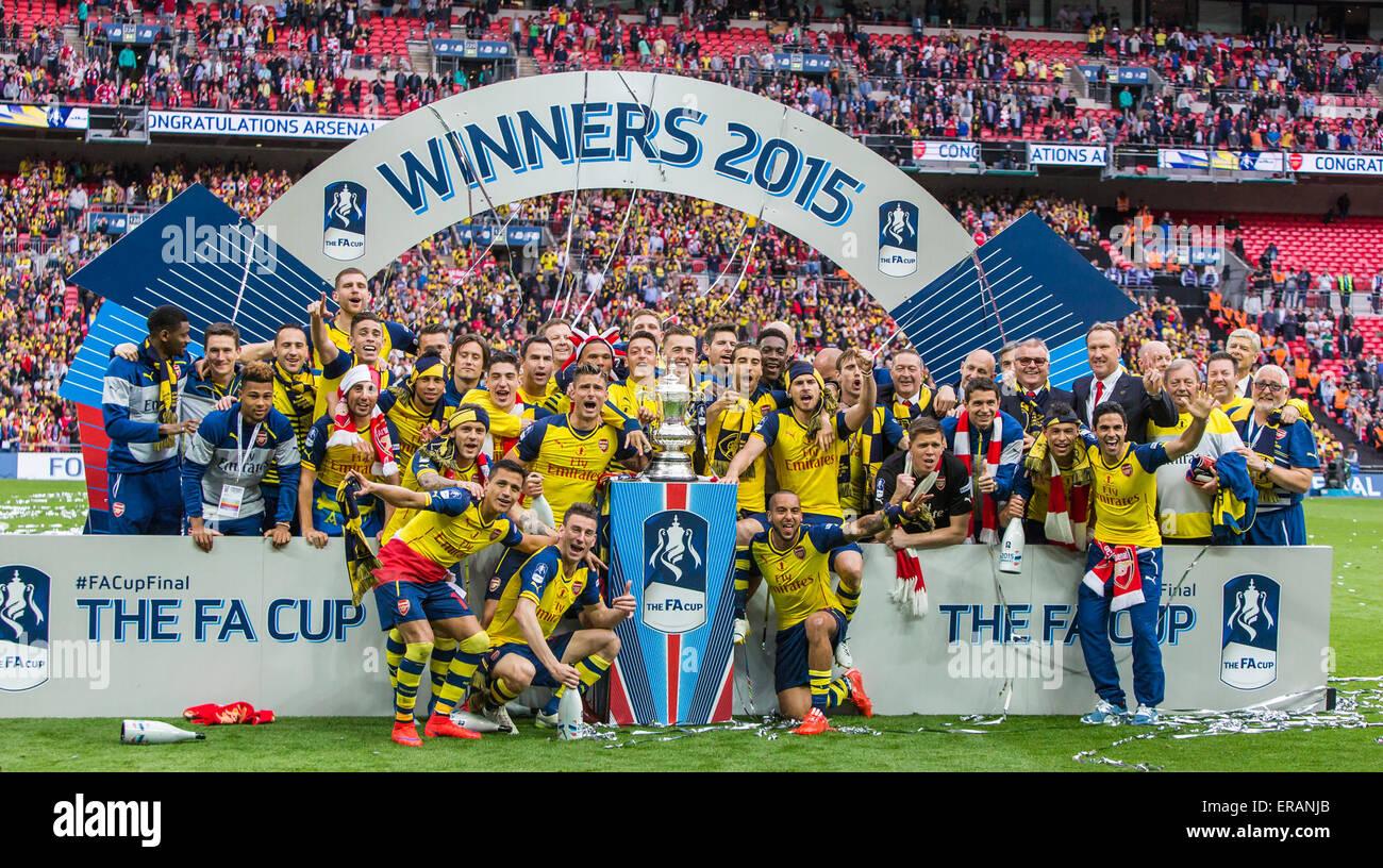 London, UK. 30. Mai 2015. Arsenal Spieler feiern den FA-Cup-Finale zwischen Aston Villa und Arsenal im Wembleystadion Stockbild
