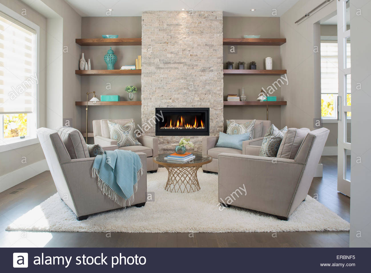 Elegantes Wohnzimmer mit Kamin Stockbild