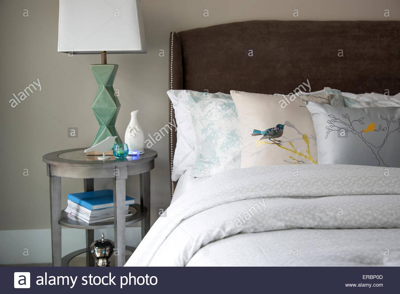 Vogel-Kissen auf elegante Bett Stockbild