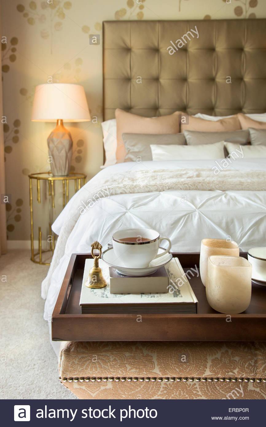 Teetablett auf Bank Ende des eleganten bed Stockbild