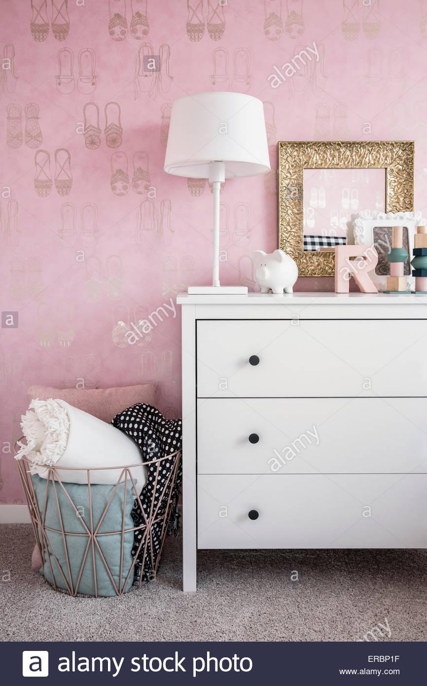 Rosa Tapete und Pastell Dekor im Schlafzimmer Stockbild