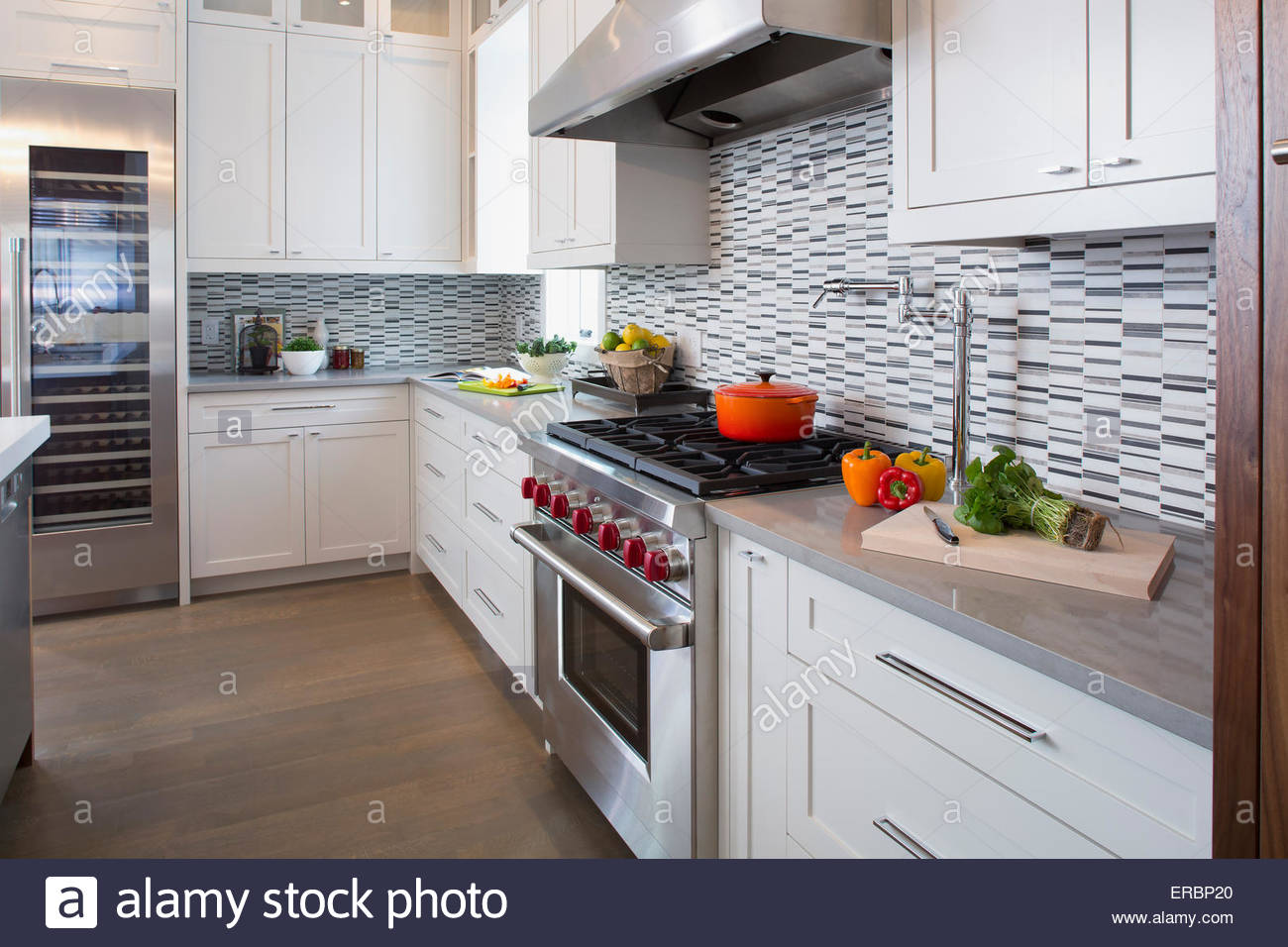 Moderne weiße Küche mit Edelstahl-Sortiment Stockbild