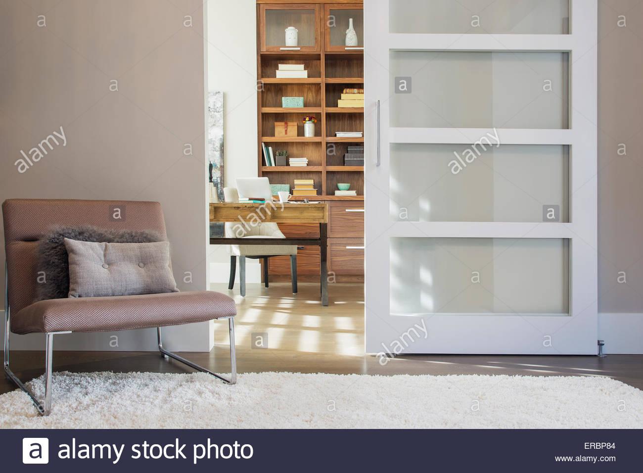 Tor zum sonnigen elegante home-office Stockbild