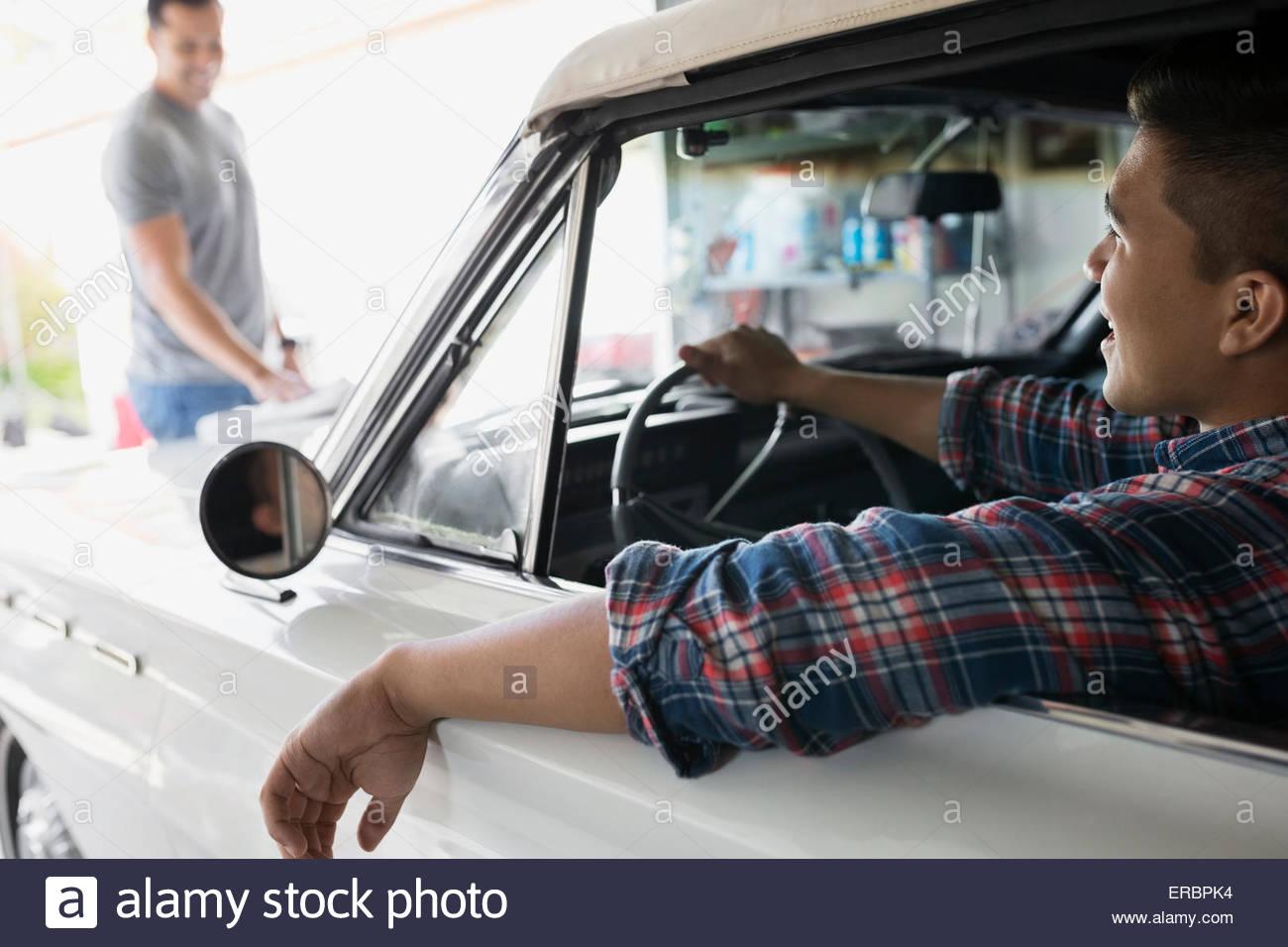 Vater und Sohn mit Oldtimer in der garage Stockbild