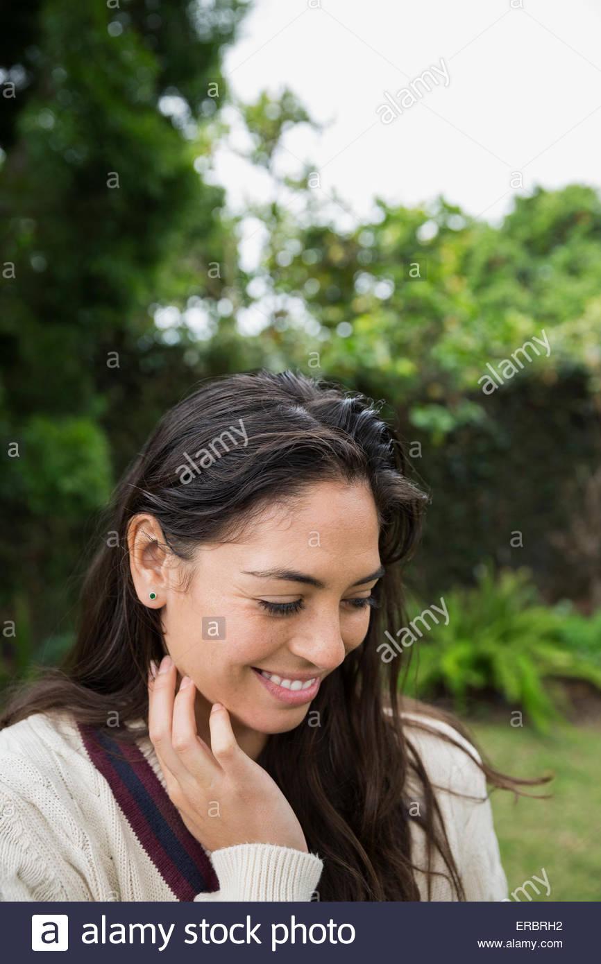Porträt lächelnde Brünette Frau blickte im freien Stockbild