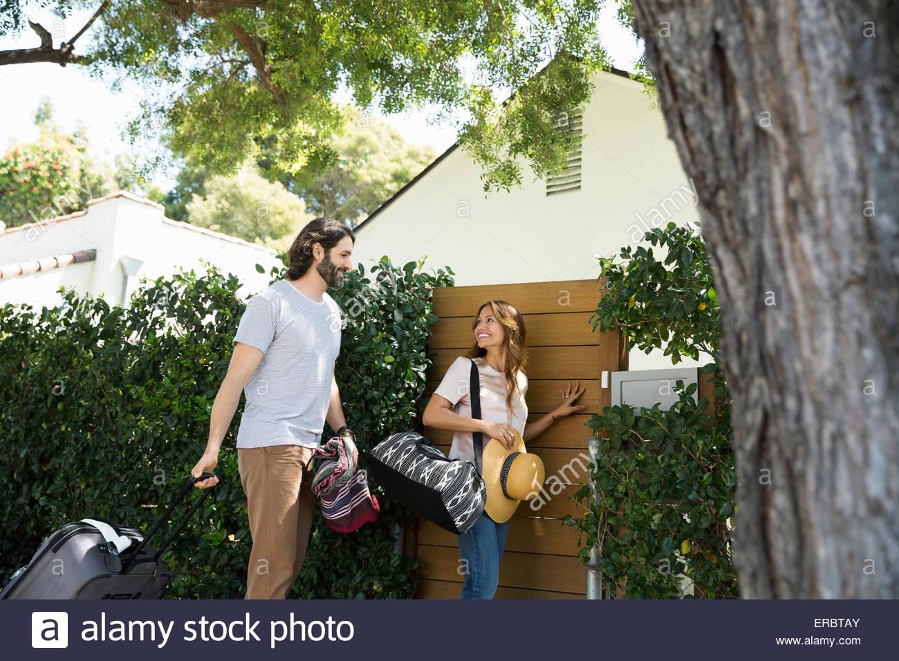 Zu zweit mit Gepäck angekommen Urlaub Haus Tor Stockbild