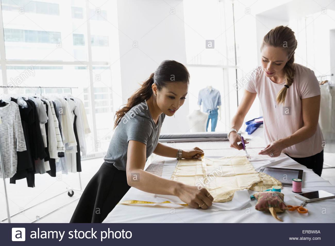 Mode-Designer Schnittmuster zu messen Stockbild