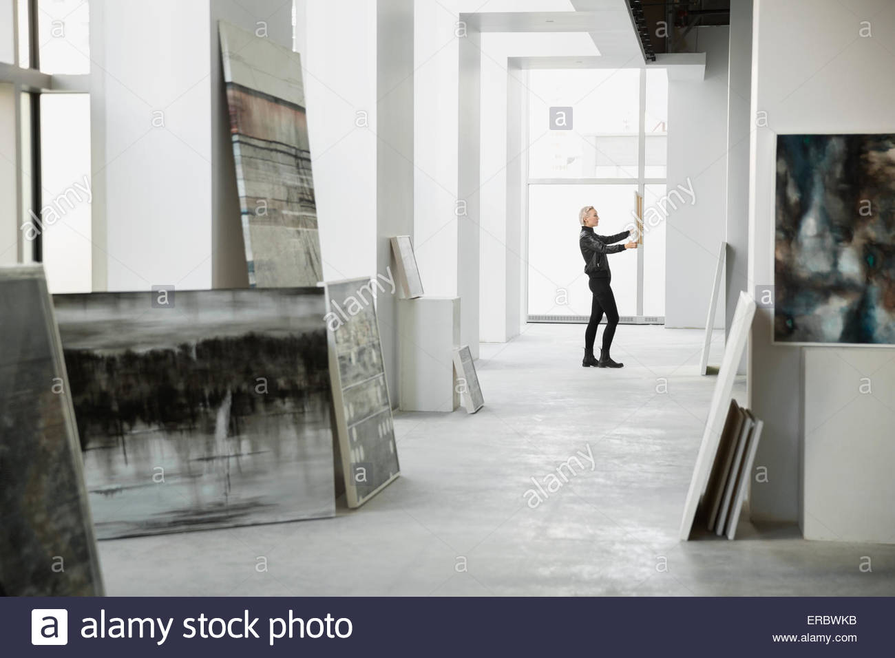 Kunsthändler untersucht Gemälde Kunstgalerie Stockbild