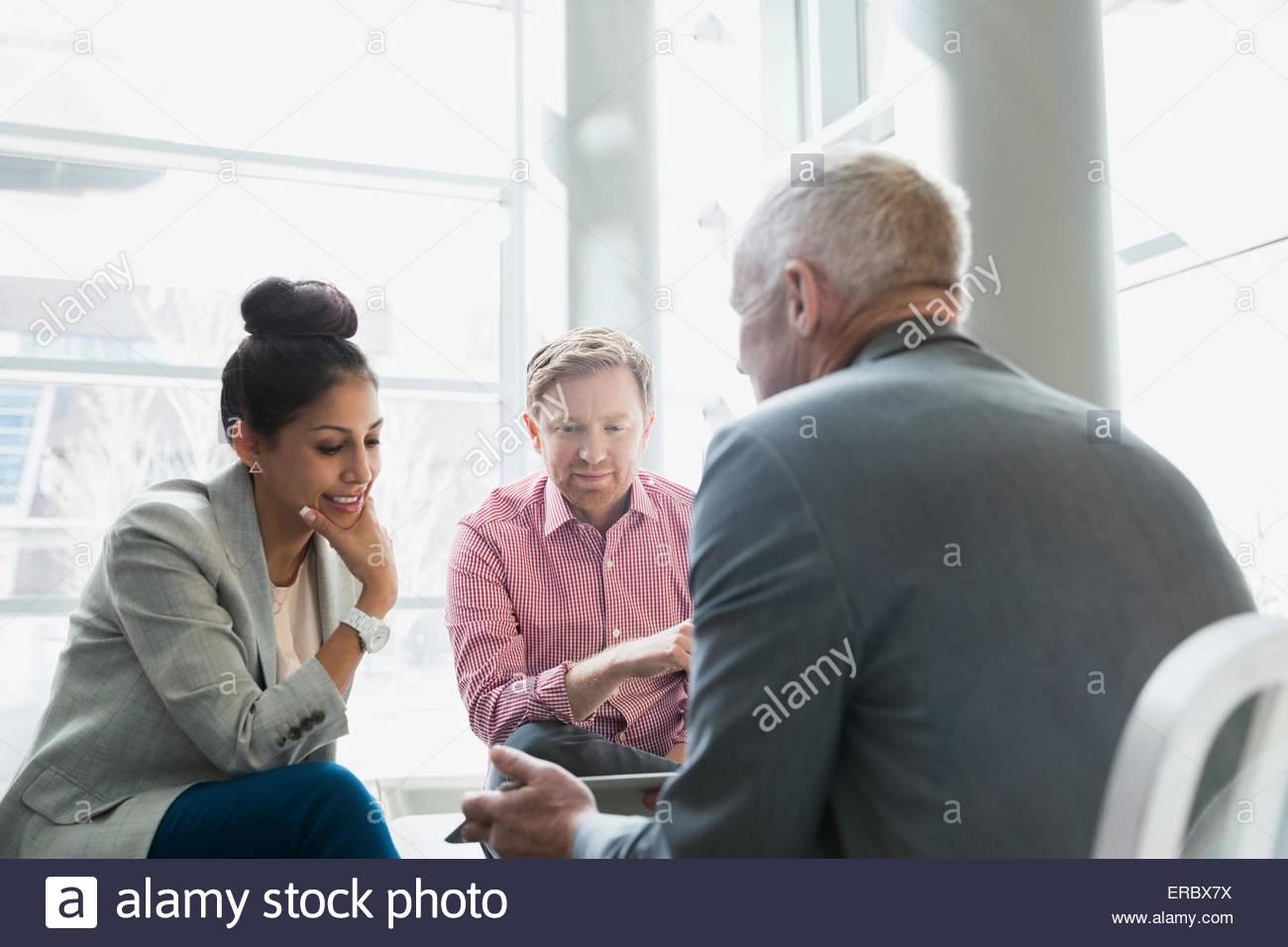 Geschäftsleute, die mit digital-Tablette in lobby Stockbild