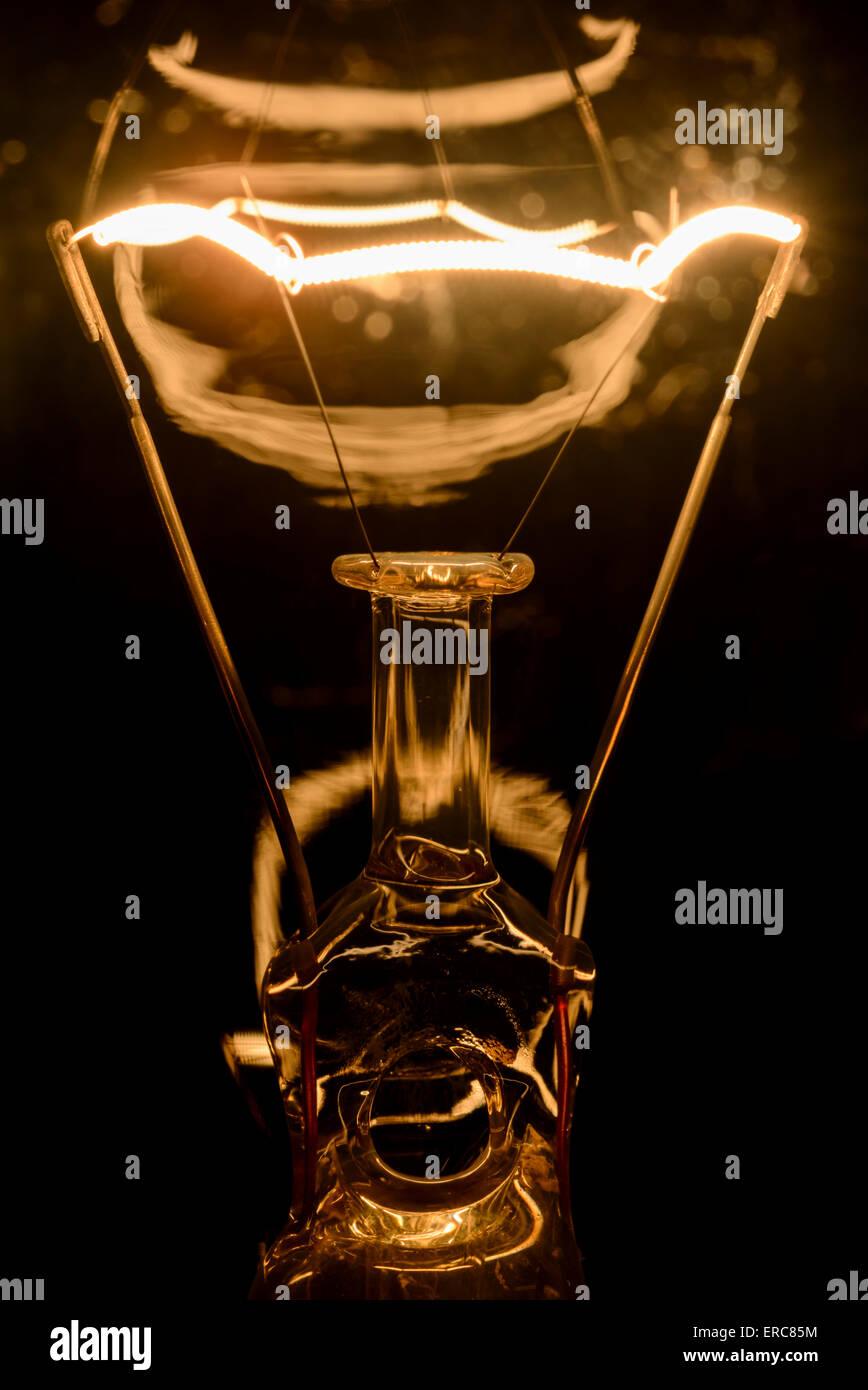 Elektrische Glühlampe Glühbirne Filament, eingeschaltet. Stockbild