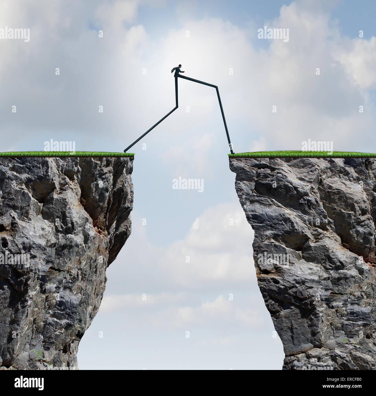 Die Überwindung ein Hindernis-Konzept als Geschäftsmann mit sehr langen Beinen, die durch zwei hohe Klippen Stockbild