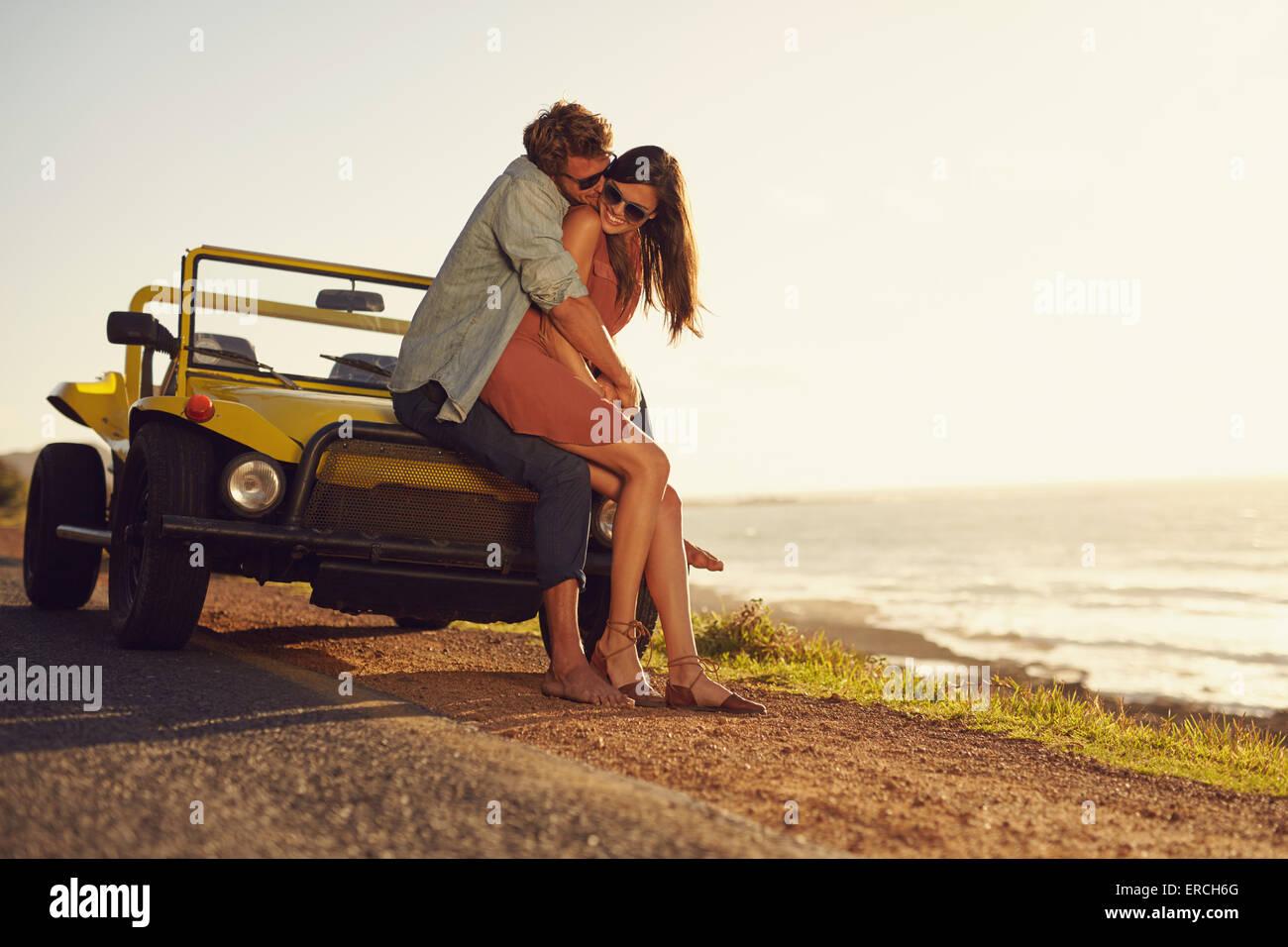 Romantische junge Paar gemeinsam einen besonderen Moment im Freien. Junges Paar in Liebe auf einem Roadtrip. Paar, Stockfoto