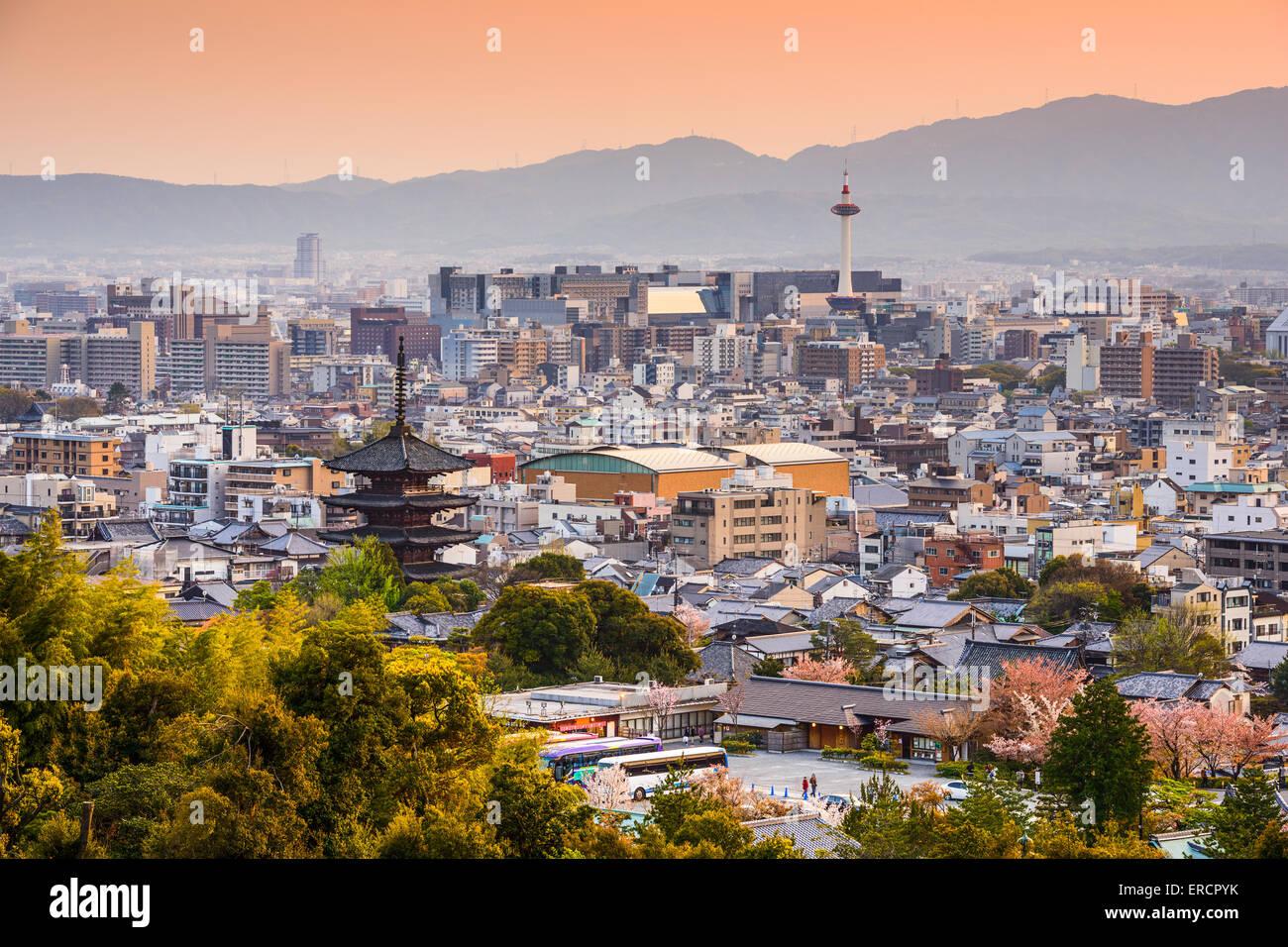 Kyoto, Japan Stadt Skyline in der Abenddämmerung. Stockbild