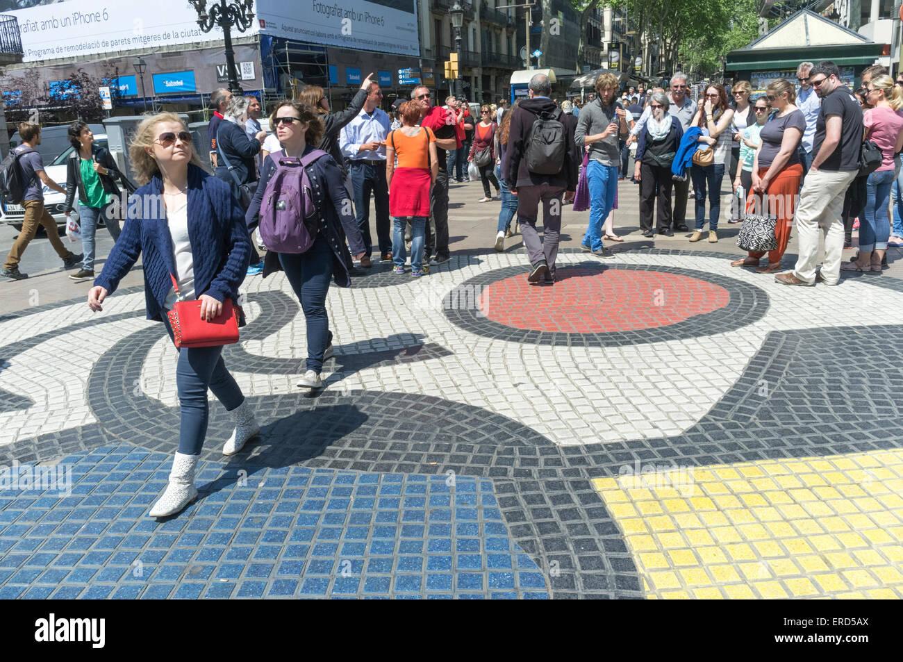Menschen zu Fuß auf Bürgersteig Mosaik von Joan Miró auf la Rambla, Barcelona, Spanien Stockbild