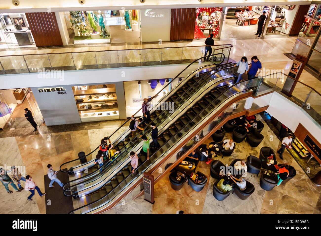 Mumbai Indien asiatischen Lower Parel High Street Phoenix Mall innen Innenraum Einkaufszentrum Palladium Fahrtreppen Stockbild