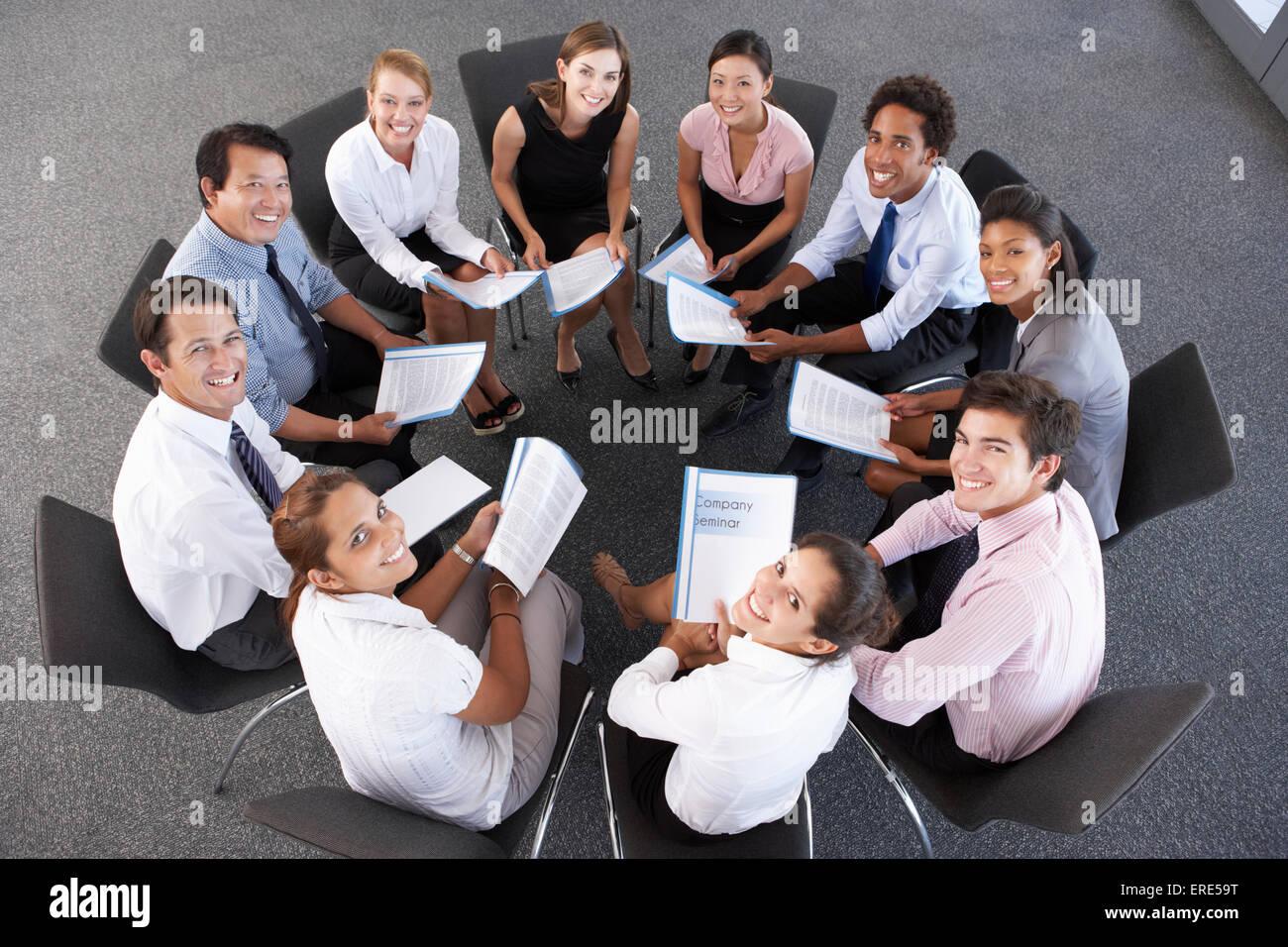 Draufsicht der Geschäftsleute sitzen im Kreis auf Firmenseminar Stockbild