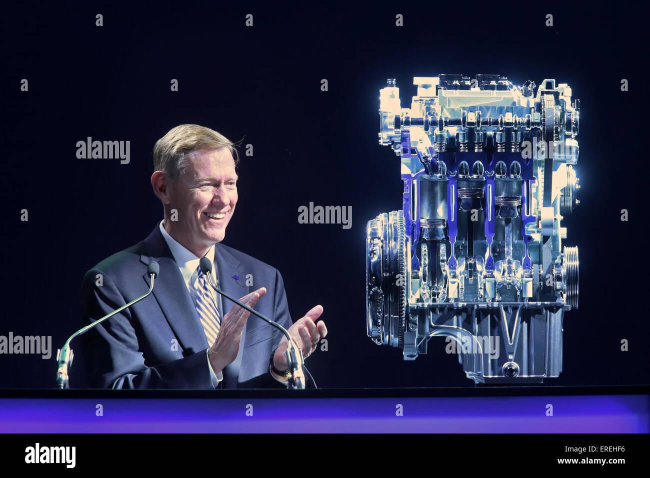 Ford CEO Alan R. Mulally Blick auf die 1,0-Liter-EcoBoost-Motor bei den aufschlussreichen Zeremonie im Ford Köln Stockbild