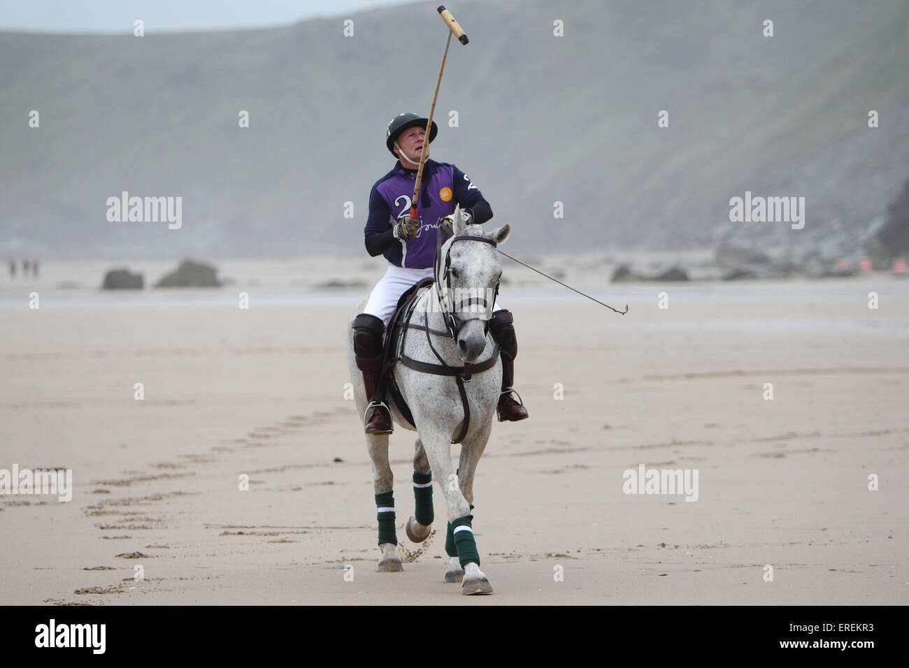 Watergate Bay, Newquay, Cornwall, UK. 2. Juni 2015. Professionelle Polospieler Andy Burgess Tonka Praktiken am Strand Stockbild