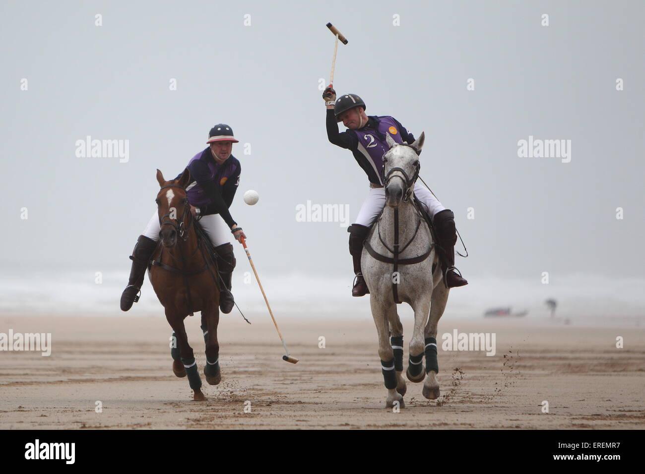 Watergate Bay, Newquay, Cornwall, UK. 2. Juni 2015. Professionelle Polospieler Andy Burgess Reiten Tonka und Daniel Stockbild