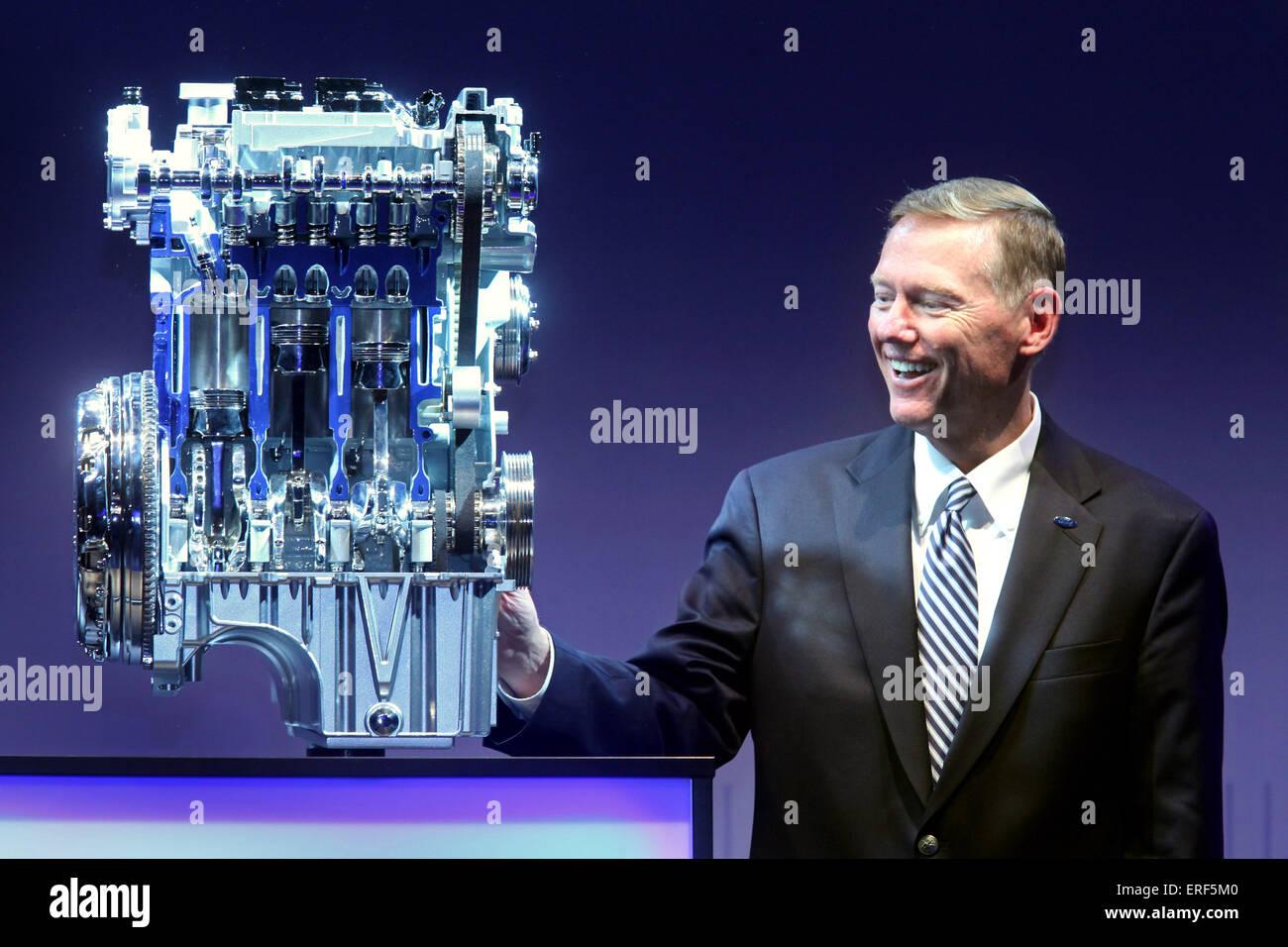 Ford CEO Alan R. Mulally Iouches 1,0-Liter-EcoBoost-Motor bei den aufschlussreichen Zeremonie im Ford Köln Stockbild