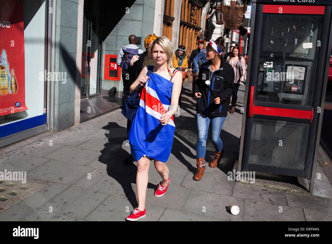 Frau auf ihrem Junggesellinnenabschied tragen ein Union Jack-Flagge ...
