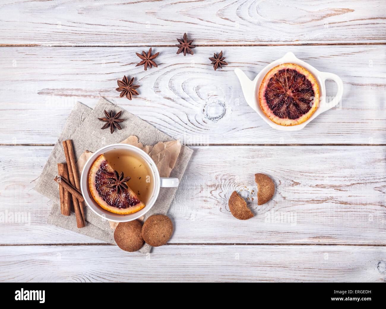 Marokkanischer Tee mit Gewürzen und Orangenscheibe auf dem weißen Hintergrund Holz Stockbild